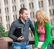 Deux étudiants heureux attirants Photo libre de droits