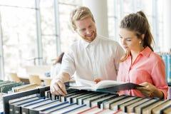 Deux étudiants lisant et étudiant dans la bibliothèque Image stock