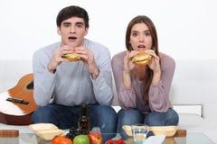 Deux étudiants mangeant des hamburgers Images libres de droits
