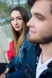 Deux étudiants parlant dans la rue après classe Image libre de droits