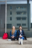Deux étudiants parlant dans la rue après classe Photos libres de droits