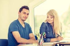 Deux étudiants parlant dans la salle de classe Photo libre de droits