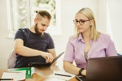 Deux étudiants parlant dans la salle de classe Image stock