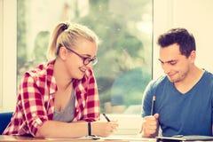 Deux étudiants parlant dans la salle de classe Image libre de droits