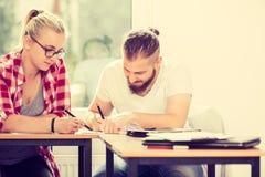 Deux étudiants parlant dans la salle de classe Photo stock