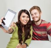 Deux étudiants prenant un autoportrait avec un téléphone Photographie stock libre de droits
