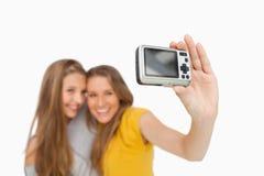 Deux étudiants prenant une photo de lui-même Image libre de droits