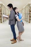 Deux étudiants se tenant dans la bibliothèque Images stock
