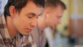 Deux étudiants travaillent dans la salle de classe pour préparer le projet pour la leçon banque de vidéos