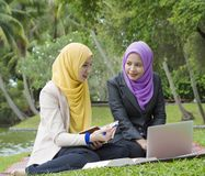 Deux étudiants universitaires ayant des idées de discussion et de changement tout en se reposant dans le parc Image libre de droits