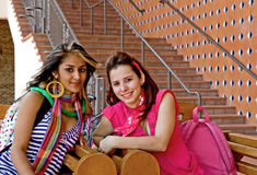 Deux étudiants universitaires féminins Photos libres de droits