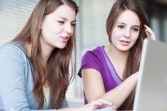Deux étudiants universitaires féminins dans la classe Photos stock