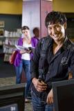 Deux étudiants universitaires traînant dans la bibliothèque Photos stock