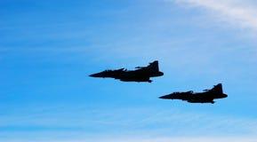 Deux aéronefs Jas 39 Gripen sur le ciel bleu photographie stock libre de droits