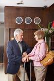 Deux aînés à la réception d'hôtel Image libre de droits