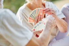 Deux aînés retirés jouant des cartes comme passe-temps Images libres de droits