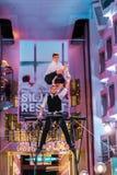 Deux acrobates exécutant sur la plate-forme de Promanade de la milliseconde Silja Serenade de Silja Line images stock