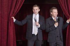 Deux acteurs de comédien sur l'étape Image stock