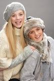 Deux adolescentes à la mode utilisant des tricots Photos libres de droits