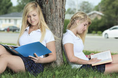 Deux adolescentes ayant l'amusement à l'extérieur Images libres de droits