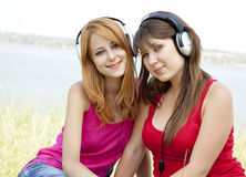 Deux adolescentes écoutant le joueur Photos libres de droits