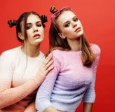 Deux adolescentes de meilleurs amis ayant ensemble l'amusement, posant l'emoti Photographie stock libre de droits