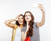 Deux adolescentes de meilleurs amis ayant ensemble l'amusement, pose émotive sur le fond blanc, besties sourire heureux, faisant Photos stock