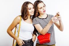 Deux adolescentes de meilleurs amis ayant ensemble l'amusement, pose émotive sur le fond blanc, besties sourire heureux, faisant Images libres de droits