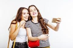 Deux adolescentes de meilleurs amis ayant ensemble l'amusement, pose émotive sur le fond blanc, besties sourire heureux, faisant Photographie stock libre de droits