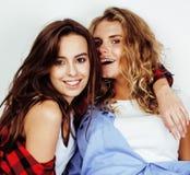 Deux adolescentes de meilleurs amis ayant ensemble l'amusement, pose émotive sur le fond blanc, besties sourire heureux, faisant Image libre de droits