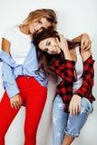 Deux adolescentes de meilleurs amis ayant ensemble l'amusement, pose émotive sur le fond blanc, besties sourire heureux, faisant Images stock
