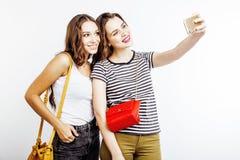 Deux adolescentes de meilleurs amis ayant ensemble l'amusement, pose émotive sur le fond blanc, besties sourire heureux, faisant Photos libres de droits