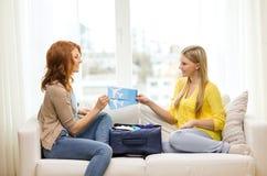 Deux adolescentes de sourire avec des billets d'avion Photos libres de droits