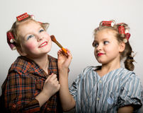 Deux adolescentes espiègles devant un oeil Images libres de droits