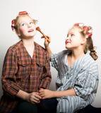 Deux adolescentes espiègles devant un oeil Photo libre de droits