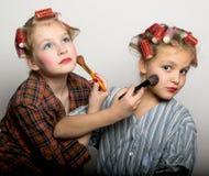 Deux adolescentes espiègles devant un oeil Images stock