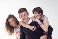Deux adolescentes excitées au sujet de l'adolescent Photos stock
