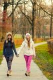 Deux adolescentes marchant en parc Images libres de droits