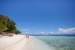 Deux adolescentes sont sur une plage abandonnée Images stock
