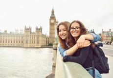 Deux adolescentes sur le fond de Big Ben Photographie stock libre de droits