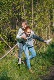 Deux adolescents d'amies de soeurs ayant l'amusement dans le parc Image stock
