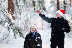 Deux adolescents dans des chapeaux Santa Claus de Noël ayant l'amusement dans le Sn Image libre de droits