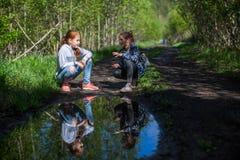 Deux adolescents de filles de soeurs parlant entre eux en parc Marche Photographie stock