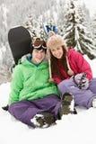 Deux adolescents des vacances de ski en montagnes Photos libres de droits