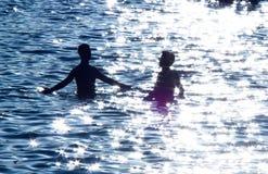 Deux adolescents en mer Images libres de droits