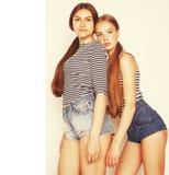 Deux adolescents mignons ayant l'amusement ensemble d'isolement sur le blanc Images libres de droits