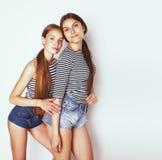 Deux adolescents mignons ayant l'amusement ensemble d'isolement sur le blanc Image stock