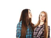 Deux adolescents mignons ayant l'amusement ensemble d'isolement sur le blanc Photographie stock
