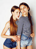 Deux adolescents mignons ayant l'amusement ensemble d'isolement sur le blanc Images stock