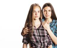 Deux adolescents mignons ayant l'amusement ensemble d'isolement sur le blanc Image libre de droits